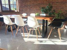 Mój dom! Stół drewniany, krzesła eames.