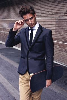 dark-grey suit jacket with black edges! AND a skate board! Sharp Dressed Man, Well Dressed, Fashion Moda, Mens Fashion, Fashion 2016, Street Fashion, Dark Gray Suit, Charcoal Suit, Dark Grey