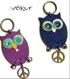 corujas-sintetico Leather Accessories, Leather Jewelry, Leather Craft, Leather Bags Handmade, Handmade Bags, Owl Clothes, Leather Tassel Keychain, Crochet Bunny Pattern, Miniature Crafts