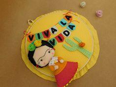Quadro em bastidor modelo Frida Kahlo -Tecido 100% algodão -Feltro -Pompons Medidas: 32 cm de diâmetro ***O MESMO TEMA PODE SER FEITO EM OUTRAS ESTAMPAS DE TECIDOS***