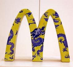 Chinese artist and designer, Li Lihong, plays with traditional painted porcelain and instantly recognizable symbols of Western cultural hegemony, like McDonald's arches and Apple's logo, as a way of opening up a dialogue about globalised consumer culture and how traditional culture interacts with modern life.  #ContemporaryChineseArt #ChineseCeramics