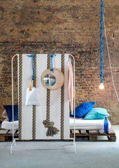 Met een lap stof wordt het MULIG kledingrek (9 euro) een scheidingswand/ *nota C: buiten met douchegordijnen palmbomen?
