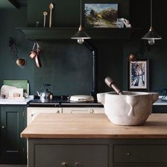 Per la mia cultura e la mia famiglia la cucina ha sempre rappresentato il CUORE della casa: un luogo in cui chiacchierare, litigare e ritrovarsi. Adoro i momenti trascorsi in cucina con le donne della mia famiglia ... #love #heart #family #kitchendesign #kitchen #kitchenaddicted #classyinteriors #interiordesign #design #furniture #homedecor #homedesign #interior4all #interiordecor #interiors #decoration #interiordecoration #decor #luxuryhomes  #dreamhome #homestyling #greeninterior…