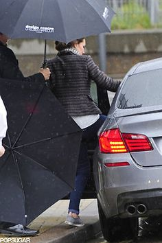 Kate Middleton Keeps It Comfortable in Sneakers During Rainy Shopping Trip: Pregnant Kate Middleton wore jeans and sneakers for a rainy day shopping trip in London. Jeans And Converse, Jeans And Sneakers, Converse Sneakers, Blue Jeans, Duchess Kate, Duchess Of Cambridge, London Rain, Kate Middleton Style, William Kate