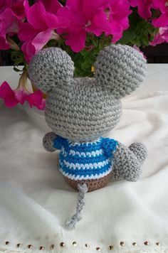 Hello Here is a free template to create a little mouse The mouse in phot . Crochet Amigurumi, Crochet Animals, Crochet Necklace, Crochet Patterns, Miniatures, Templates, Christmas Ornaments, Knitting, Create