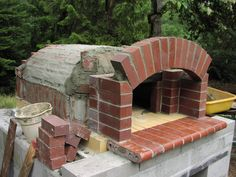 Bread/ Pizza Oven Construction I built this oven in the summer of I am not Alan Scott of Ovencrafters although I could not have done this project without his help. His book was my. Build A Pizza Oven, Brick Oven Pizza, Pizza Oven Outdoor, Outdoor Cooking, Bread Oven, Bread Pizza, Four A Pizza, Outdoor Kitchen Design, Outdoor Kitchens