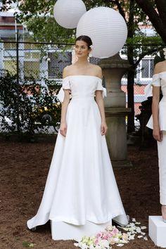 Lela Rose Bridal Fall 2020 Fashion Show - Vogue Lela Rose Wedding Dresses, Sexy Wedding Dresses, Elegant Wedding Dress, Wedding Gowns, White Bridal Robe, Bridal Robes, Autumn Fashion 2018, Bridal Fashion Week, Meghan Markle