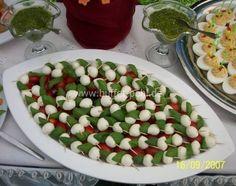 Babymozzarella Party Finger Foods, Snacks Für Party, Party Buffet, Wine Cheese, Canapes, Fruit Salad, Mozzarella, Food Art, Tapas