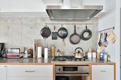 <p>鍋を吊るしたり、ツールを掛けたり。「キッチンにハンガーバー」はなにかと便利。</p>