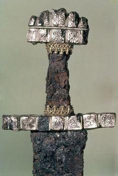Hilt of a Viking Sword - Found at Hedeby, Denmark, 9th Century- VIKINGS, CHRONOLOGIE DES INVASIONS, 17: * 881: Vicoire de LOUIS III contre les Vikings à SAUCOURT-EN-VIMEU. Raids sur la MEUSE. Les villes de LIEGE et AIX-LA-CHAPELLE sont pillées et incendiées. - * 885: Reprise de Londres par Alfred le Grand - * 885-887: Après avoir remonté la SEINE, les Vikings entreprennent le 5° siège de PARIS. Le comte EUDES, ancêtre des Capétiens, leur résiste pendant 90 jours....