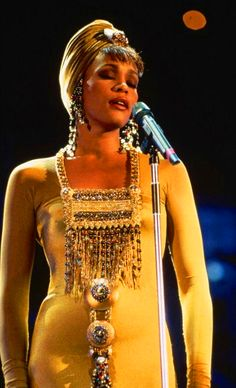 Whitney Houston - the concert for a new South Africa wears Marc Bouwer gold gown with african details Whitney Houston, American Music Awards, American Singers, Beverly Hills, Divas, Girl Bands, Billboard Music Awards, Beautiful Black Women, Beautiful People