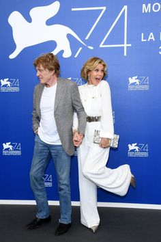 Jane Fonda, ici avec Robert Redford,  portait la pochette Salvatore Ferragamo Thalia pour le photo call du film « Our Souls at Night » le 1er Septembre lors de la 74e Mostra de Venise