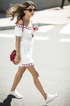 White converse make the perfect match to a white mini dress like this one, worn by Alexandra Pereira. The colours of these pieces compliment each other excellently, resulting in a super cute white and red style! Dress: Buylevard, Sneakers: Converse, Bag: Zara.