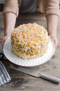 Torta o pastel con dulce de leche y coco con el Cuchillo para Pan de Rena Ware