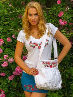 Szervető+-+Hímzett+női+póló+matyó+mintával+-+fehér,+V+nyakú