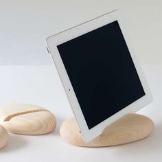 Calm Trees S - The 'Calm Trees S' iPad stand does away with all the frills that many tablet holders boast for something more simple and natural. Ipad Holder, Iphone Holder, Iphone Stand, Smartphone Holder, Iphone 10, Wood Ipad Stand, Eco Deco, Wood Projects, Projects To Try