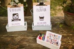 Carteles para los invitados. Instagram -> Cartel para que los invitados utilicen el hashtag de la boda para subir las fotos que realicen. Máquina de escribir -> Cartel que invita a los invitados a escribir algo a los novios en el álbum de fotos que hay en frente.