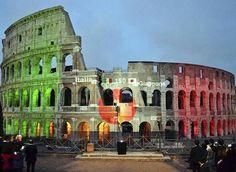 日本國旗與意大利國旗投映在 #鬥獸場 #Colosseum 的牆壁上,慶祝日本與意大利建交150週年,#意大利 #Italy #羅馬 #Rome。1866年8月25日,日本與意大利簽署條約宣佈建立外交關係。為慶祝兩國建交150週年,日本將在2016年舉辦「波提切利與他的時代」展和「達芬奇:超越可見」展,展出來自意大利多座博物館的藏品。攝影師:Sachiko Aoki