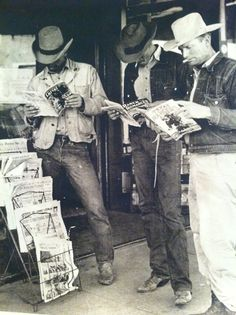 Cowboys look to be reading for free at newsstand. Ranch Romances was the most famous of the Western romance pulps. A pulp magazine managed by the famous Fanny. Real Cowboys, Cowboys And Indians, Gaucho, Old Photos, Vintage Photos, Black White, Texas History, Cowboy And Cowgirl, Cowgirl Style