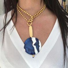 Collar de cadena de bolitas con adornos en baño de oro y pieza exclusiva de resina, La longitud del collar permite su uso en largo y corto quedando oculto el ci