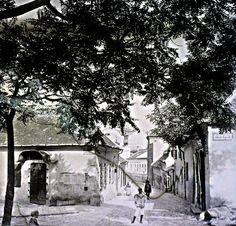 balra a Fehér sas tér, jobbra a Jakab lépcső, szemben a Hadnagy utca házsora.