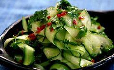 O chef   Jamie Oliver   ensina a preparar uma salada de pepino tailandesa com molho de gengibre, pimenta e shoyo. Quer aprender a...