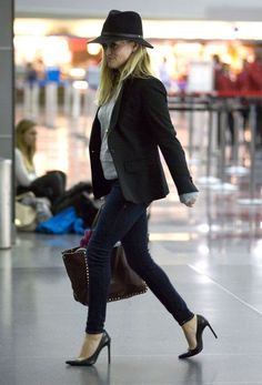 Reese Witherspoon Photos: Reese Witherspoon Arrives at the Airport