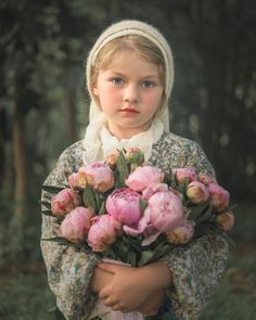 After Bouguereau - A girl holds a bouquet of flowers. In the style of Bouguereau. Beautiful Little Girls, Beautiful Children, Beautiful Babies, Beautiful Flowers, Girls With Flowers, Flowers In Hair, Girl Photography, Children Photography, Photography Ideas