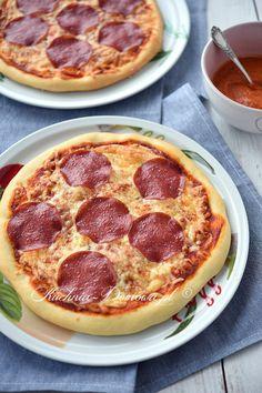 Pizza z salami Calzone, Mini Pizza, Pepperoni, Hamburger, Food And Drink, Keto, Favorite Recipes, Snacks, Cooking