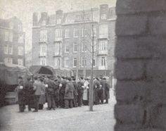 Mannen van de Joodse Ordedienst staan klaar om zich in de wijk te verspreiden