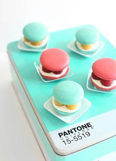 Oh, Pantone. Macarons in a gorgeous Pantone tin Köstliche Desserts, Delicious Desserts, Dessert Recipes, Yummy Food, French Desserts, Food Design, Design Design, Graphic Design, Cupcakes