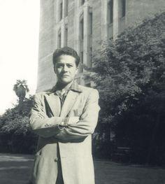 Carlos #Castaneda : No son muchos los datos precisos que hay sobre su vida. Estudió #antropología en la Universidad de Los Angeles, y fue escritor de libros sobre #chamanismo, en los que se hallan profundos conocimientos esotéricos. Algunos de ellos son: Las Enseñanzas De Don Juan - Una Realidad Aparte - Viaje A Ixtlán - Relatos De Poder - El Don Del Águila - entre otros