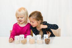 Tutustutaan erilaisiin elintarvikkeisiin ja niiden synnyttämiin ääniin. Harjoitellaan hahmottamista ja muistamista muistipelin avulla.   Katso tarkemmat ohjeet nettisivuiltamme! Ruokakasvatuksen ideapankista löydät lähes 100 ideaa lasten ruokakasvatukseen. Avainsanat: elintarvikkeet, äänet, muistipeli