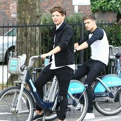 Louis & Liam Cycle Around London. Where Are Your Helmets Boys?!