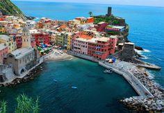 CINQUE TERRE – ITÁLIA   Os prédios de cores fortes se aglomeram nesta região, que fica à beira do Mediterrâneo. A região de Cinque Terre é um dos maiores atrativos turísticos em Riviera Ligure, na região de La Spezia, ao sul de Milão. O trecho de terra é considerado um patrimônio mundial da humanidade pela UNESCO desde 1997.