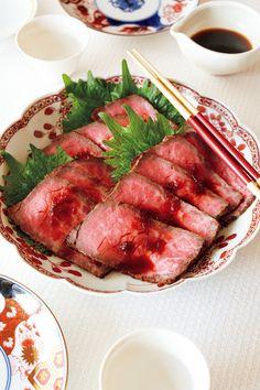 みそ漬け&しょうゆ漬けで作る「和風ローストビーフ」【オレンジページ☆デイリー】料理レシピをはじめ、暮らしに役立つ記事をほぼ毎日配信します! New Year Table, New Year's Food, Hot Pot, Japanese Food, Main Dishes, Steak, Lunch Box, Pork, Food And Drink