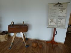 Turngeräte, Vintage Gymnastics, historische Turngeräte, Pauschenbock von 1930, Pauschenpferd, Turnbock, Turnkasten, Kartenständer 60er Jahre, pommel horse, gym horse