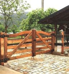 Porteira de Madeira - Modelo Arco 001 There are several points that may finally comprehensive Farm Gate, Farm Fence, Wooden Gates, Wooden Doors, Pergola Designs, Patio Design, Country Fences, Driveway Entrance, Entrance Gates