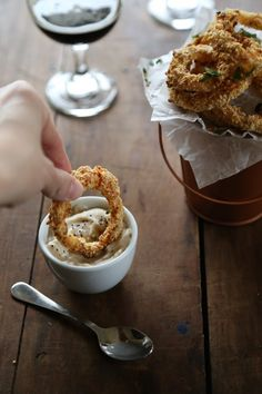 Climbing Grier Mountain oven fried guinness onion rings with stout gravy - Climbing Grier Mountain I Love Food, Good Food, Yummy Food, Guinness Recipes, Boite A Lunch, Irish Recipes, Beer Recipes, Tapas, Fries In The Oven