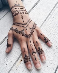 If you want to get your desired tattoo but don't want to get hurt? Then henna tattoo designs are for you. Here are some beautiful henna tattoo designs for females. Tatoo Henna, Henna Tattoo Muster, Henna Hand Tattoos, Tattoo Arm, Henna Mehndi, Sleeve Tattoos, Hand Art Henna, Henna Tattoo Meanings, Henna Patterns Hand