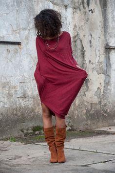 Tunika wprost stworzona na jesienne dni. Do pełnego outfitu wystarczą kozaczki i skórzana kurtka by uzyskać look pełen nonszalanckiej elegancji.  Sukienka została uszyta z angory jest niezwykle miękka i pięknie układa się na każdej sylwetce. Asymetryczny krój pozwala na ...