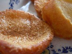 Para 24 pastéis: 0,5 l de leite. 350 grs de açucar. 125 grs de farinha sem fermento. 3 ovos. 50 grs de manteiga (Vaqueiro) 1 casca de limão. canela q.b. Ferva o meio litro de leite com a casca de limão, e reserve a arrefecer. Misture o açucar com... Food Cakes, Sweet Recipes, Cake Recipes, Portuguese Recipes, Small Cake, Beignets, Cookie Desserts, Churros, Cornbread