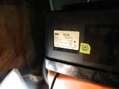 Doppelwandiger Öltank, bei dem auf eine Auffangwanne komplett verzichtet werden kann. Zwischen den Wänden befindet sich der Kontrollraum, welcher durch ein Unterdruck Leckanzeige-Gerät rund um die Uhr überwacht wird.