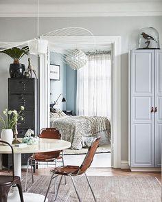 I dag bjuder vi på en favorit i repris på elledecoration.se – det här hemmet är bara SÅ inspirerande, tycker vi!  Gå in på vår sajt via länken i profilen och njut av alla bilderna från det vackra hemmet, stylat av Emma Persson Lagerberg och fotograferat av @andreapapiniphotographer  #elledecorationse #interior #inredningsinspiration #hemmahos