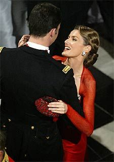 El príncipe Felipe y su prometida, Letizia Ortiz, bailan durante la fiesta nupcial del príncipe Federico de Dinamarca y Mary Donaldson, celebrada en Copenhague.