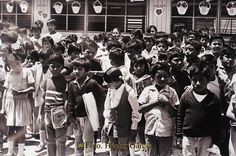 Nezahualcóyotl, Méx. 23 de abril 2013. Estudiantes de nivel básico hace 30 o 40 años en el municipio. Foto. Anónima
