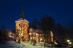 USKELAN KIRKKO Uskelan kirkko sijaitsee korkealla mäellä keskiaikaisen Salon kappelikirkon vanhalla paikalla. Kirkko on valmistunut vuonna 1832 ja se rakennettiin Uskelan Isokylän emäkirkon vaurioiduttua Uskelanjoella sattuneen maanvyörymän seurauksena. http://www.naejakoe.fi/nahtavyydet/uskelan-kirkko/