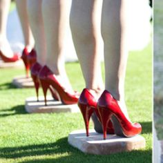 outdoor wedding markers, very smart idea to remind the bridesmaids where to stand and to keep the heels from sinking in when standing, just have to make it up the aisle.
