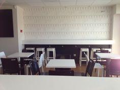 Las mismas mesas vestidas ya con las sillas...también en blanco y negro.