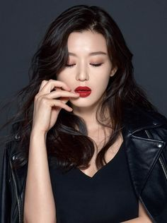 Song Hye Kyo And Jun Ji Hyun's Videos From Their Teen Years Gains Attention For Incredible Visuals Most Beautiful Faces, Beautiful Asian Women, Korean Actresses, Korean Actors, Korean Beauty, Asian Beauty, Jun Ji Hyun Fashion, Lee Min Ho Photos, Ageless Beauty
